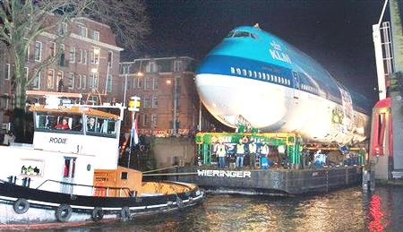 Don't be shy 747, why sneak thru the canals at night? Ah, you're missing your wings....